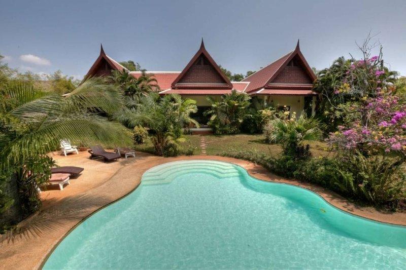 Phuket: Superbe et grande villa tropicale de style Thailandais., holiday rental in Rawai