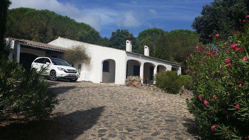 SUPERBE VILLA SUR 3 HA DE JARDIN ARBORE AVEC VUE IMPRENABLE SUR LA MER, holiday rental in Bassacutena