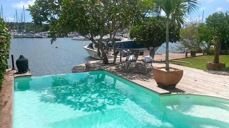 Villa d'exception accès mer ponton privé piscine position centrale Guadeloupe, holiday rental in Le Gosier