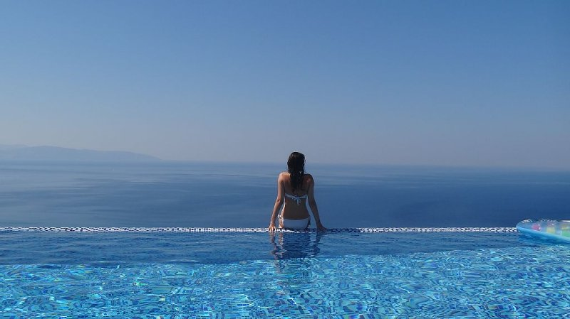 Isolation villa paradise! Sleeps 8. Stunning Infinity Pool, Breathtaking Views, alquiler de vacaciones en Cefalonia