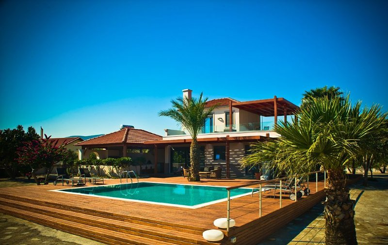 Villa Fenia – Five Star, Private, Spacious Seafront Villa With Private Pool., vacation rental in Gennadi
