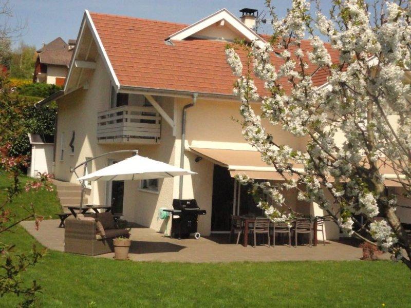 � Magnifique villa proche lac d'Annecy, vue sur le château de Montrottier., holiday rental in Sillingy