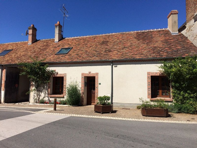 Gy en Sologne, Traditional Solognot Cottage In Village Centre, vacation rental in Loir-et-Cher