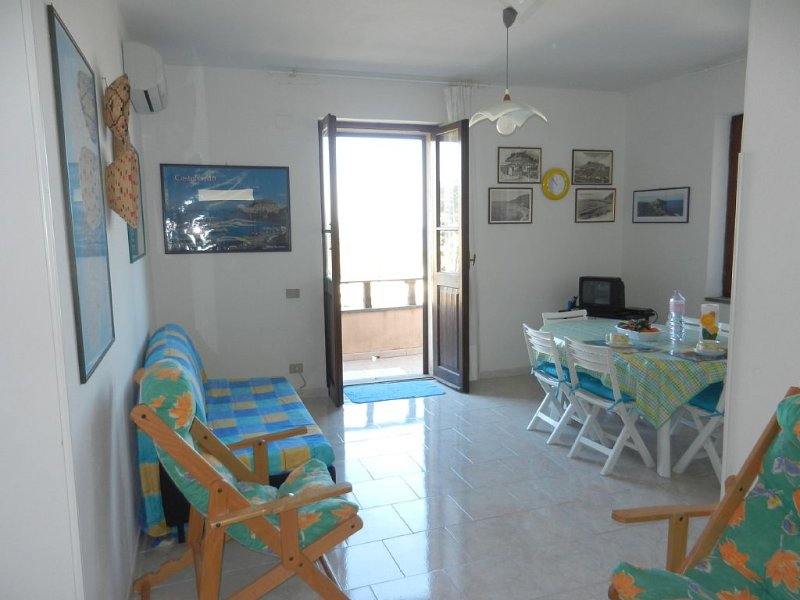 Castelsardo, splendido appartamento fronte mare con parcheggio privato, location de vacances à Lu Bagnu