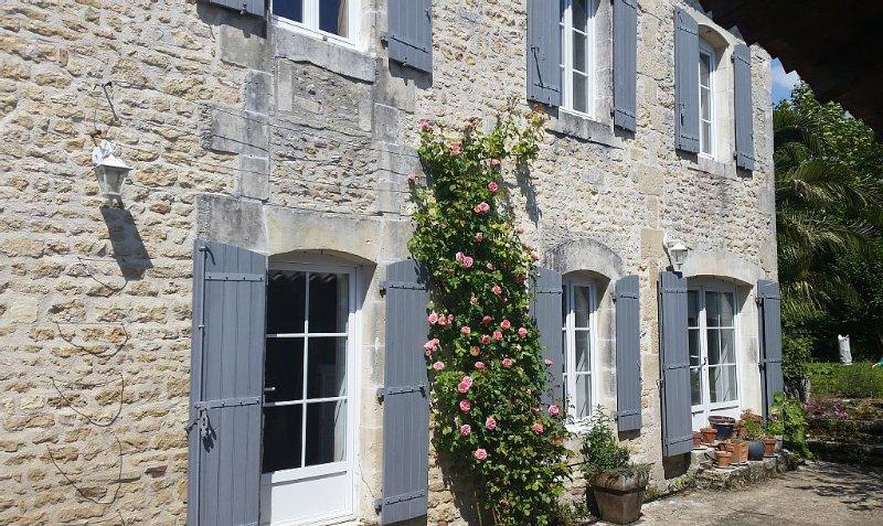 Grande demeure charentaise 300 M² avec piscine, 4 chambres, jardin, cuisine  été, location de vacances à Ardillieres