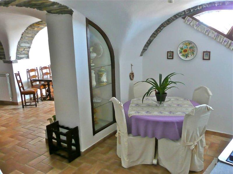 Dimora tipica contadina del '600 finemente ristrutturata, vacation rental in Valloria