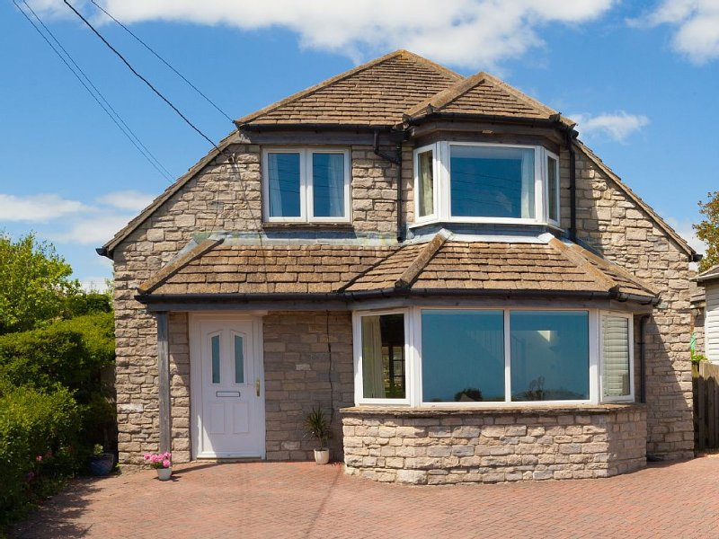 Sleeps 9 Adults+3 Babies/Toddlers-Stunning Setting with Panoramic Sea Views