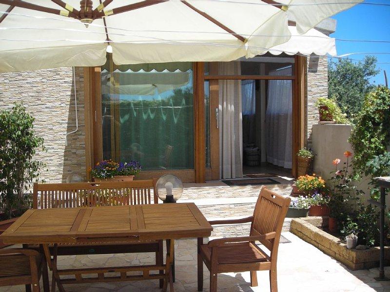 Casa con giardino, a 1,500 m dal mare a Pula, vicino Cagliari, vakantiewoning in Pula