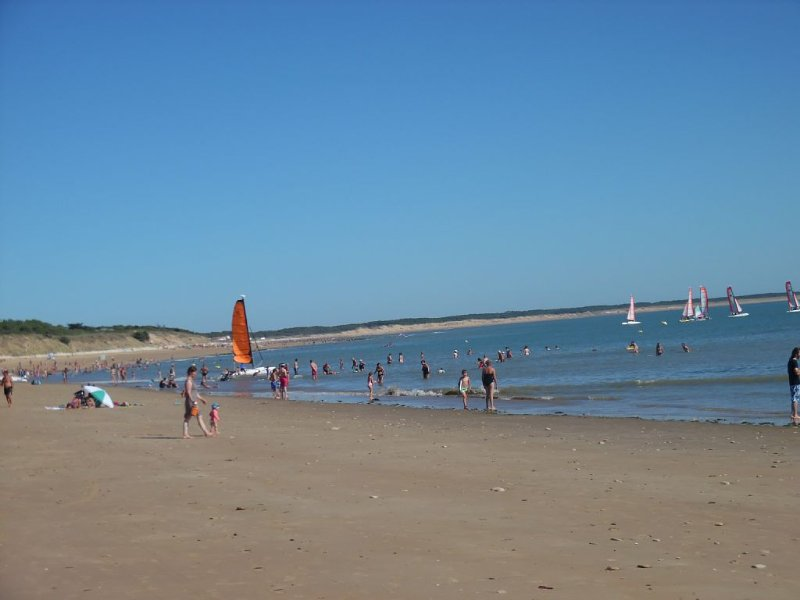 La plage sablonneuse du Bouil et son club de voile