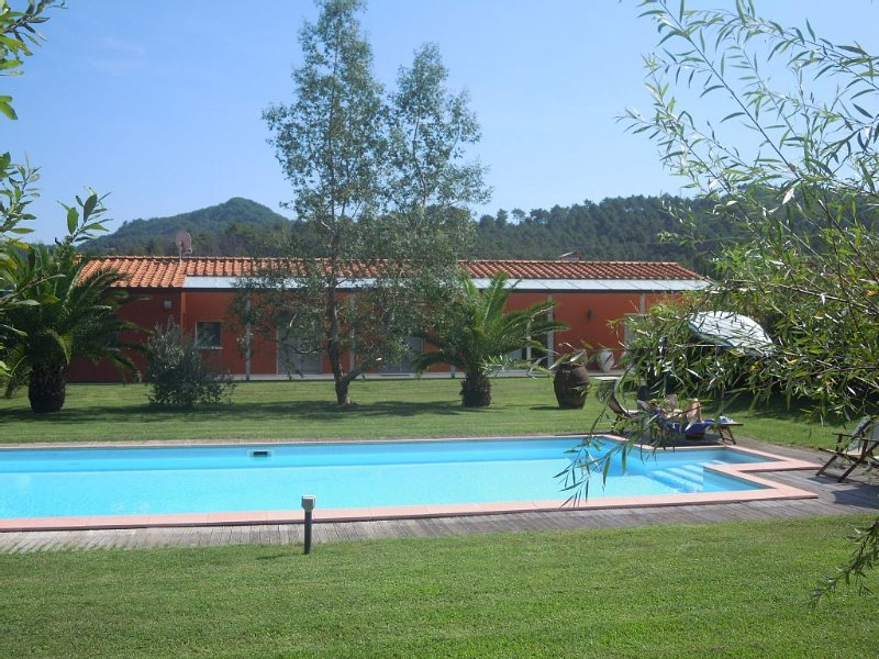 LIGHT AND REFINED VILLA WITH POOL SURROUNDED BY GREEN HILLS OF LUCCA, location de vacances à Massaciuccoli