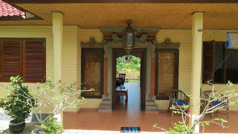 Vrijstaand huis op mooie locatie met direct uitzicht op sawa en zee, holiday rental in Karangasem