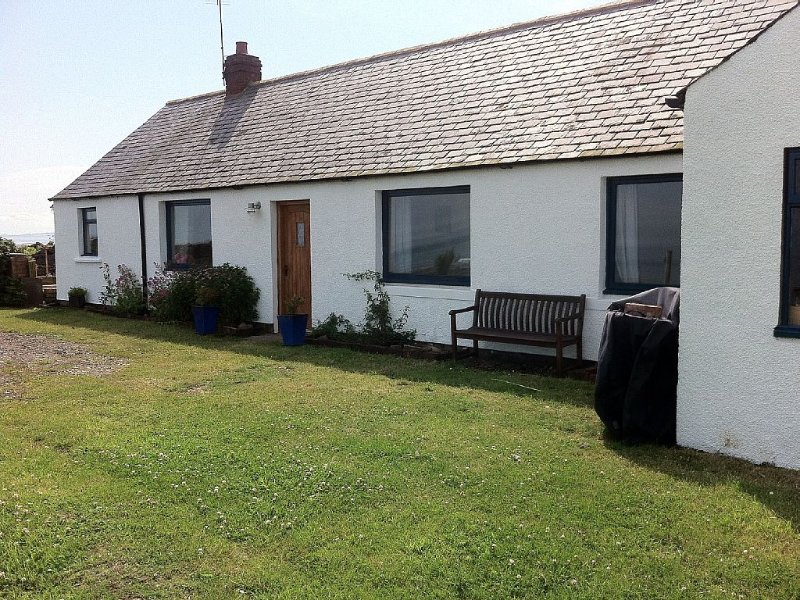 Cottage With Secure Garden, Wood Burning Stove And Sea Views, holiday rental in Fettercairn