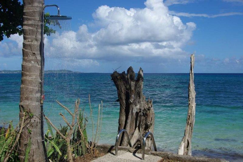 Le paradis en bord de mer: villa les pieds dans l'eau, holiday rental in Sainte-Luce