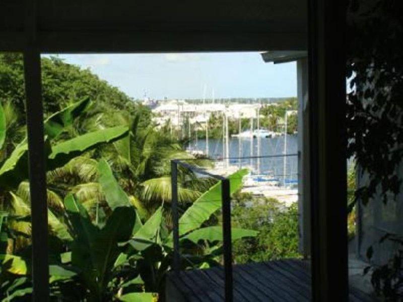 Gosier: Appartement avec 2 terrasses dans villa de standing, vue mer, jardin tro, holiday rental in Le Gosier