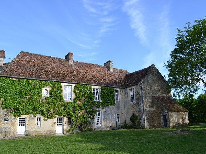 LA VILLA ESCURIS - Manoir Historique du XVIII siècle, holiday rental in Potigny