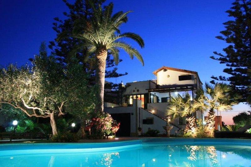 CASA BIANCA - Casa con Piscina e Giardino, holiday rental in Trapani