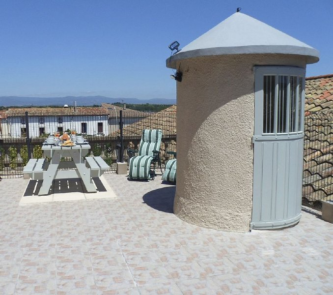 Character house with sunny roof terrace views of the Black and Alaric mountains, holiday rental in Blomac