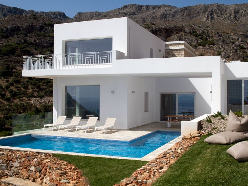 Stylish and contemporary 3 bedroom villa, with large pool, sea views + fast wifi, aluguéis de temporada em Plakias