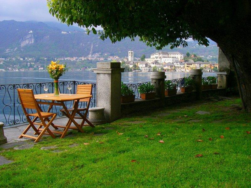 Appartamento in villa con giardino nel centro storico di Orta San Giulio, vacation rental in Quarona