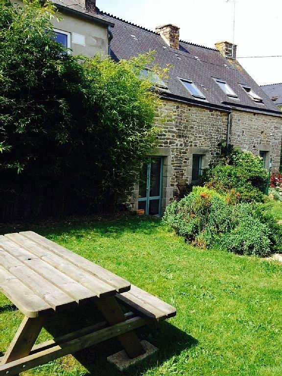 Jardin : grande table pour déjeuner au soleil