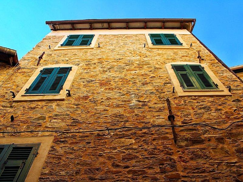 Caratteristica casa ligure nel centro storico di  Montegrazie, holiday rental in Pontedassio