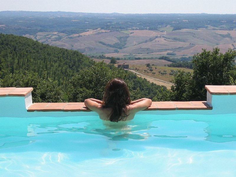 Villa con panorama straordinario al confine tra Toscana e Umbria., vacation rental in Acquapendente