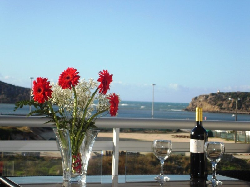 Stunning 3 BR Sea-View Penthouse (Free Concierge, Games Room, Beach 4 mins), aluguéis de temporada em Distrito de Leiria
