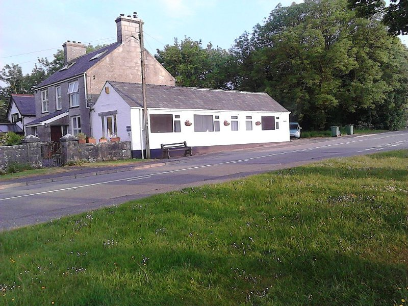 Modern, Spacious, Airy Cottage in Tranquil Village, holiday rental in Brynteg