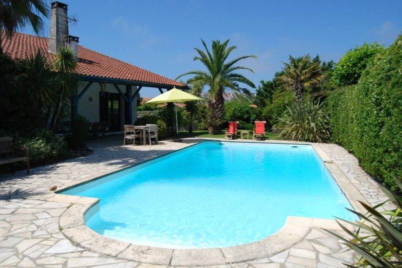 Bidart/GuetharyMaison de charme avec jardin et piscine privée 800 m de la plage, vacation rental in Ahetze