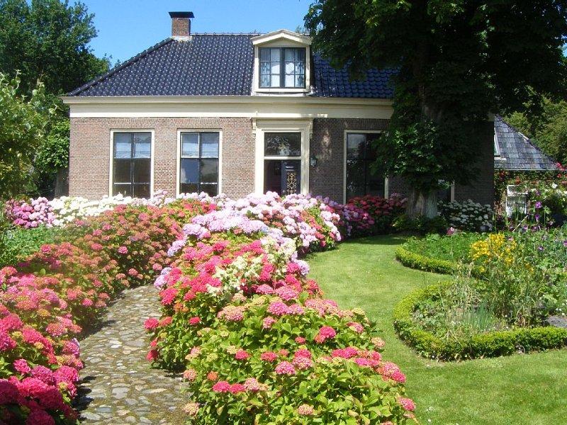 10 persoons familiehuis in woonboerderij aan waddenkust en natuurgebied, holiday rental in Nes