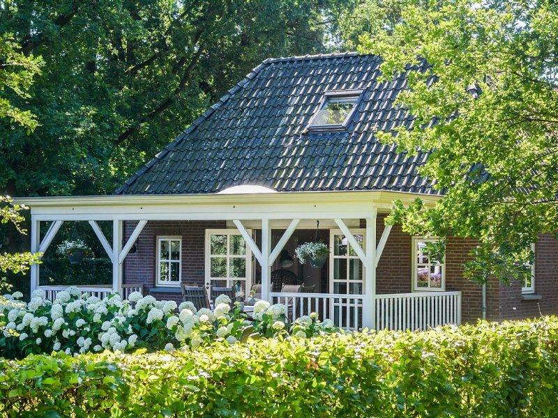 Sfeervol vrijstaand tuinhuis in landelijke omgeving in Twente, kindvriendelijk, holiday rental in Oldenzaal