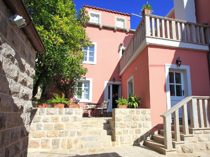 Villa with Its Privileged Position In The Historical Center Of Cavtat., alquiler de vacaciones en Cavtat