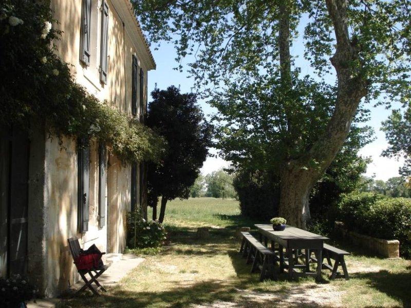 MAS LE PETIT REDORCAMIN, propriété a la campagne avec piscine a 5 min d'Arles, vacation rental in Le Sambuc