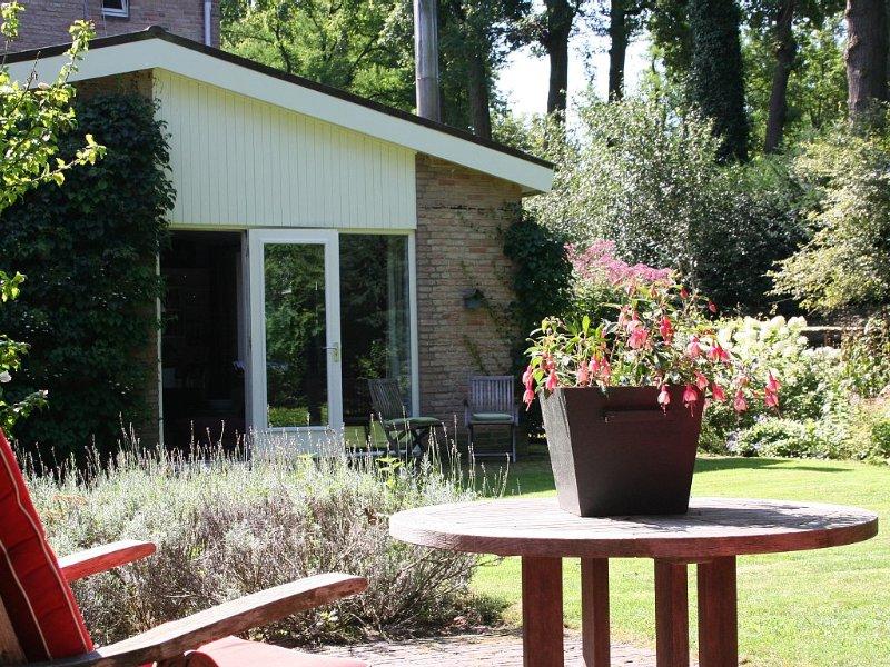 Comfortabel appartement met terras in landelijke omgeving, vacation rental in Cromvoirt