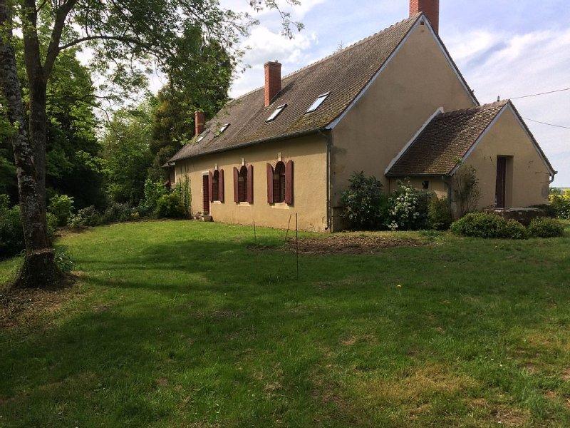 Longère en Berry avec piscine en bordure de parc d'un château, holiday rental in Jouet sur l'Aubois