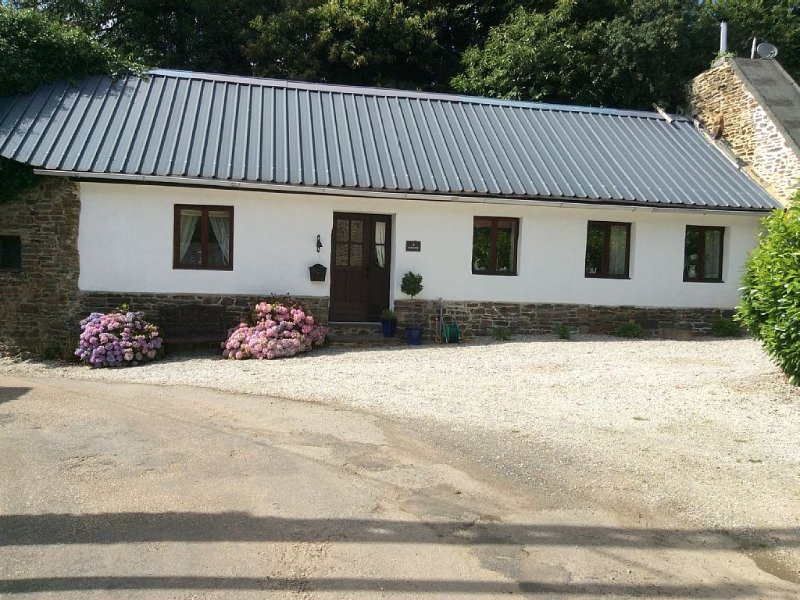 Rural converted stable with garden, location de vacances à Rostrenen
