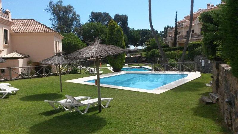 PLAYA ISLANTILLA, luxury large 4 bed villa, beautiful gardens/ pools, near beach, holiday rental in Lepe