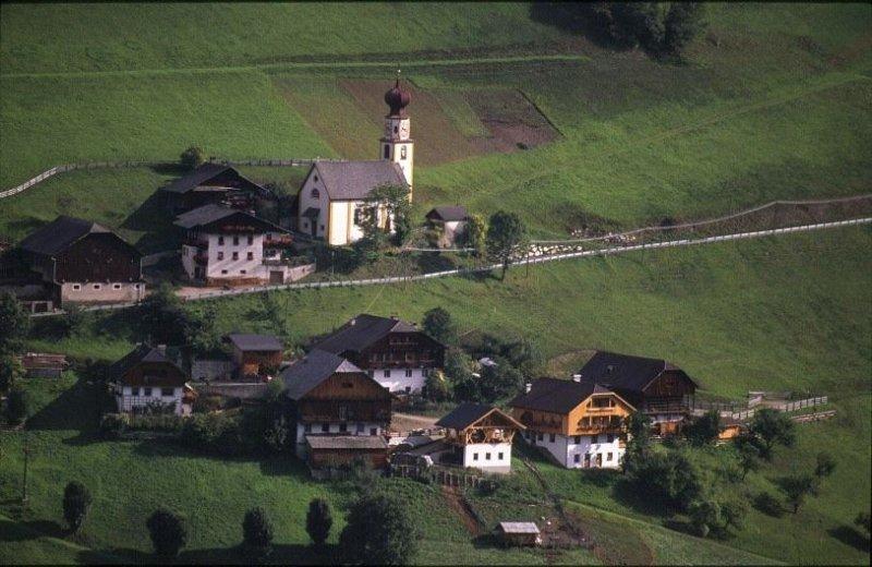 maso situato in una posizione tranquilla e soleggiata con vista sulle Dolomiti, holiday rental in Luson