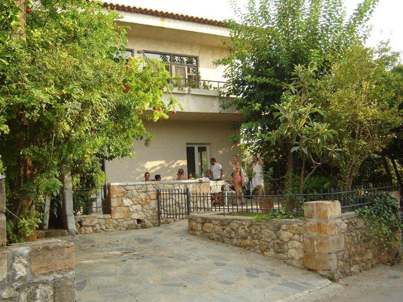 Minas Villa, Five separate bedrooms (5 baths) 1min walk from Stoupa beach, aluguéis de temporada em Lefktro