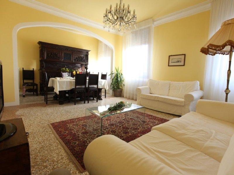 Elegante appartamento, tipico veneziano con vista su canale, holiday rental in Venice