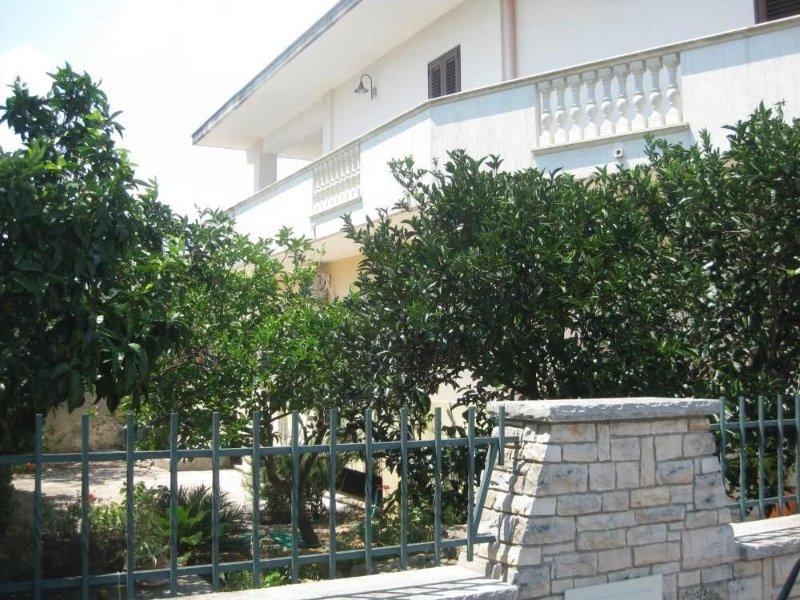 Appartamento con bellissimo giardino e spazio giochi, vacation rental in Montesardo