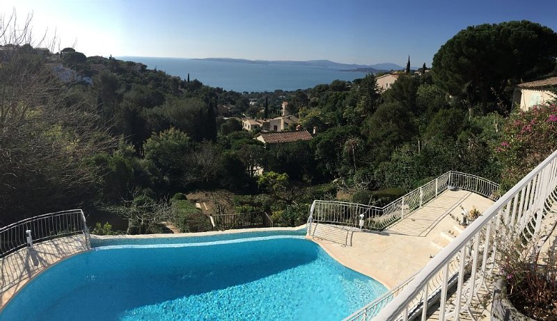 Beautiful villa overlooking the bay of St Tropez - 4 bedrooms and 1 studio, holiday rental in Roquebrune-sur-Argens