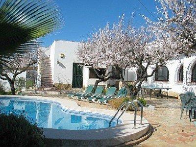 Stunning Villa. Totally Private Sun Trap Garden With Fabulous Views, location de vacances à Llosa de Camacho