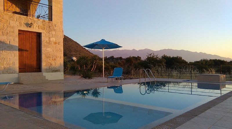 Stone Built Villa With Private Pool, Sea And Mountain Views, casa vacanza a Drapanos