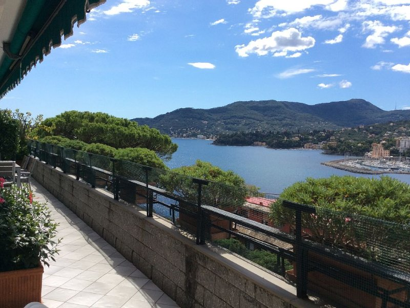 Elegante Appartamento con incantevole panorama sul golfo del Tigullio, holiday rental in Rapallo
