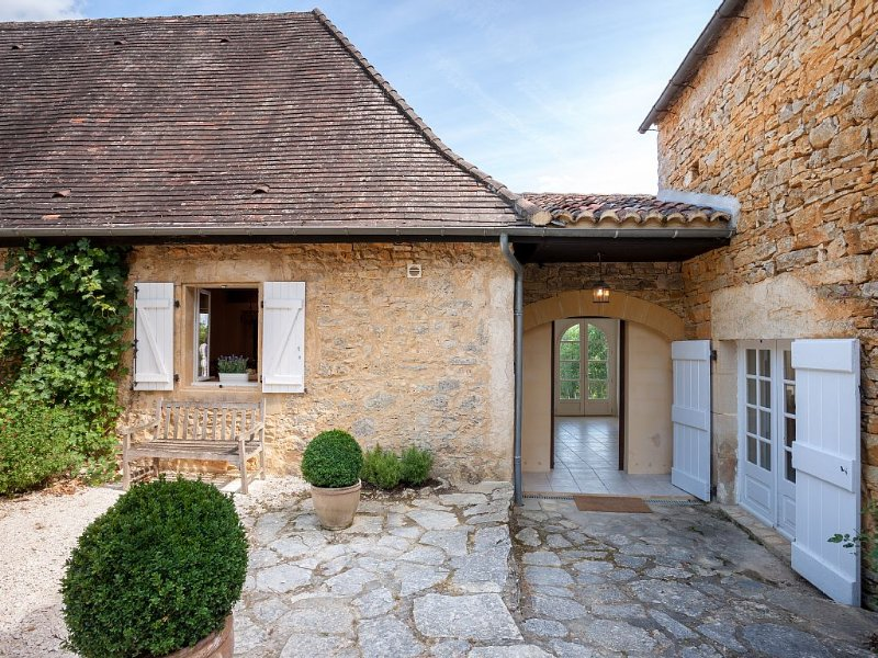 Refurbished House-Quiet Hilltop Location, Stunning Views, Heated Pool, 4 Acres, holiday rental in Saint Pompon