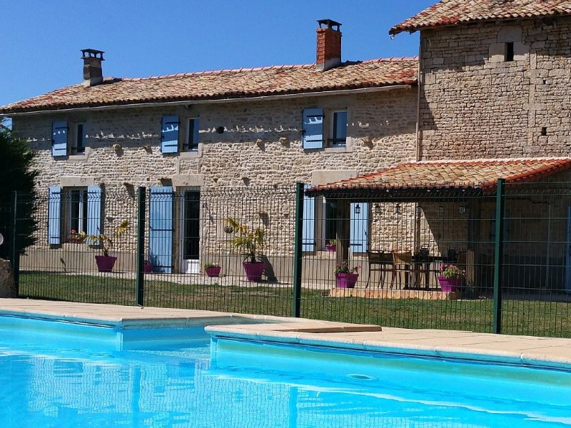La Ballerie Farmhouse & Cottage. Heated pool and games barn in walled garden., vacation rental in Sauze-Vaussais