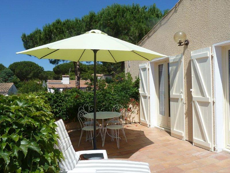 Villa avec jardin clos, quartier résidentiel dans pinède, vacation rental in Cap-d'Agde