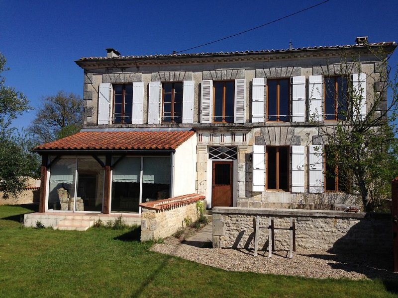 Farmhouse With Private Heated Pool, Ferienwohnung in Louzignac