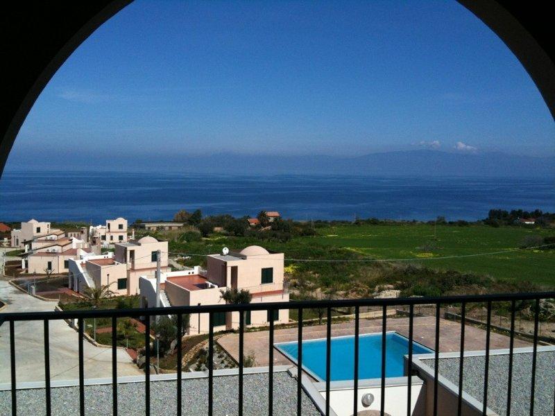Stunning penthouse style apartment, casa vacanza a Zambrone